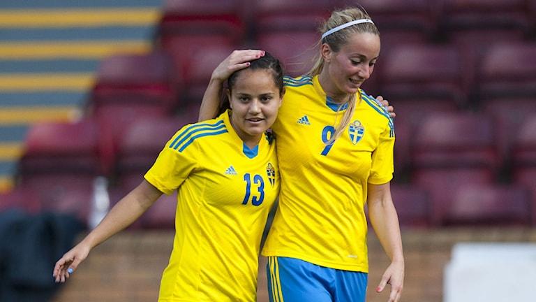 Kosovare Asllani firar med Malin Diaz Pettersson efter VM-kvalmatchen Sverige-Skottland. Foto: Ross McDairmant / TT