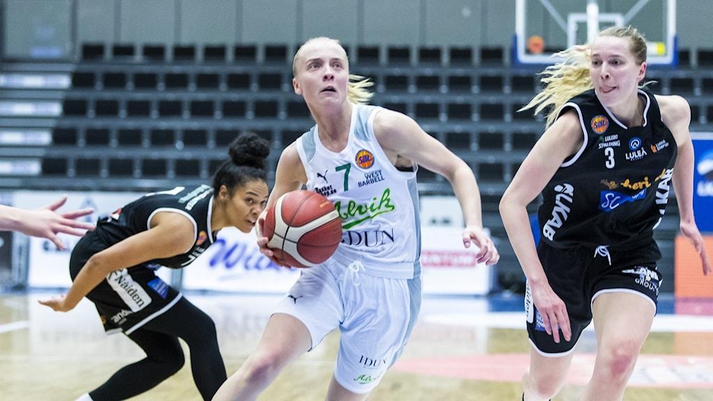 Klara Lundquist dribblar.