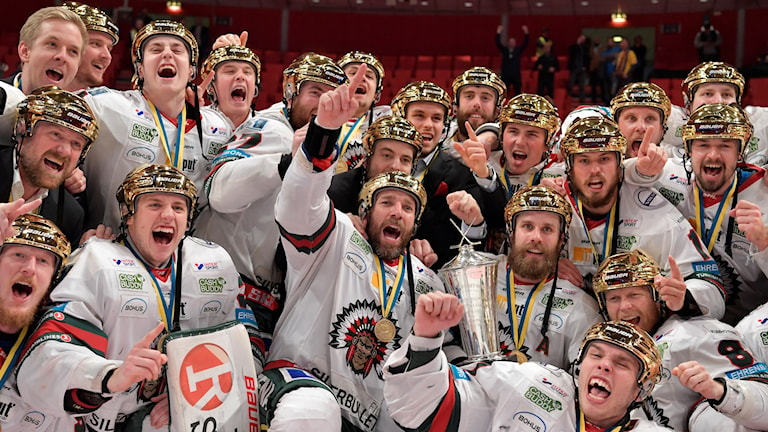 Frölundasspelarna i guldhjälm med SM-pokalen jublar efter segern i torsdagens ishockeymatch i SHL SM-slutspelet final 6 i bäst av 7 mellan Djurgårdens IF och Frölunda HC i Globen arena.