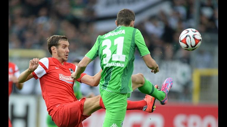Branimir Hrgota, till höger, gjorde inga mål i matchen mot SC Freiburg. Foto: AP/TT