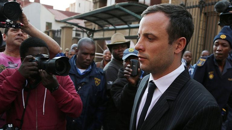 Oscar Pistorius lämnar domstolen i Pretoria. Foto: Themba Hadebe/AP/TT