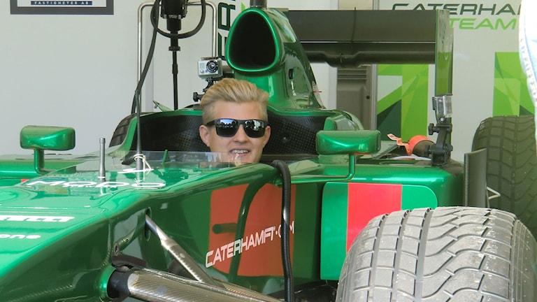 Marcus Ericsson kör i Örebro med sin f1-bil. Foto: Mats Dahlberg/SR