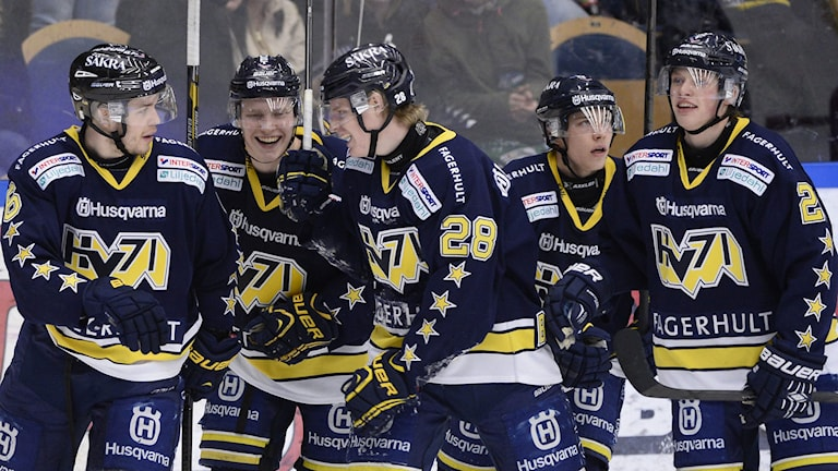 JÖNKÖPING 2014-03-08 Glädje i HV 71 efter 3-2 av Anton Bengtsson under lördagens SHL-match i ishockey mellan HV71 och Modo på Kinnarps Arena i Jönköping. Foto: Mikael Fritzon / TT