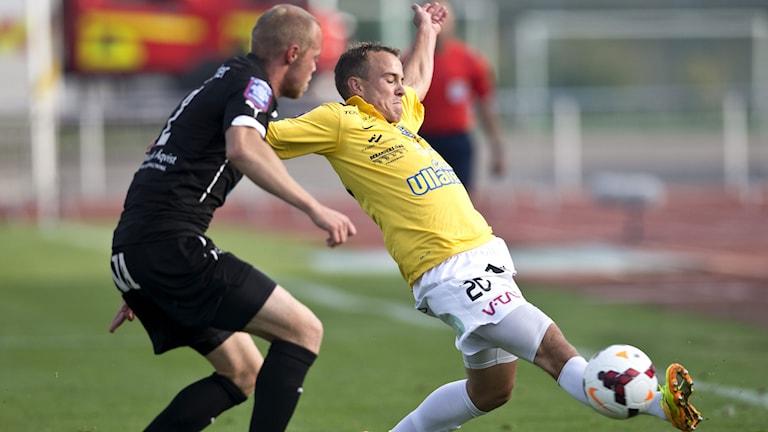 Patrik Haginge och Calle Wede i kamp om bollen. Foto: Björn Larsson Rosvall/TT