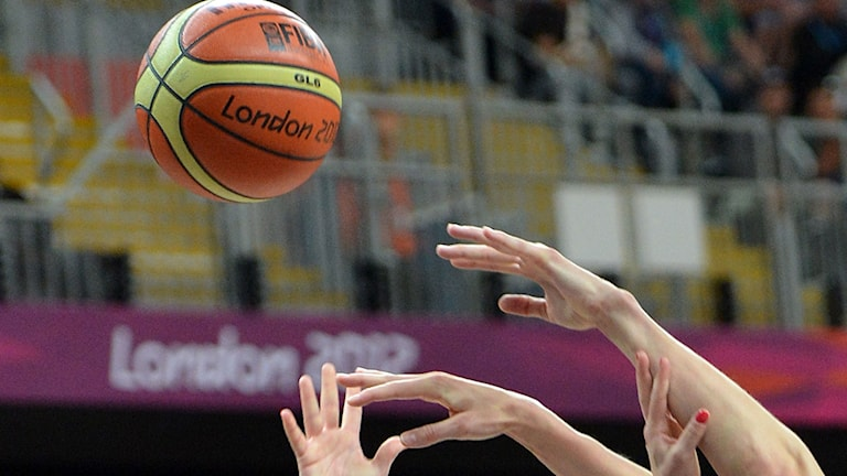 players try to catch the ball during the Women's preliminary round group A basketball match of the London 2012 Olympic Games Czech Republic vs Turkey on July 30, 2012 at the basketball arena in London. Turkey won 61 to 57. AFP PHOTO / MARK RALSTON