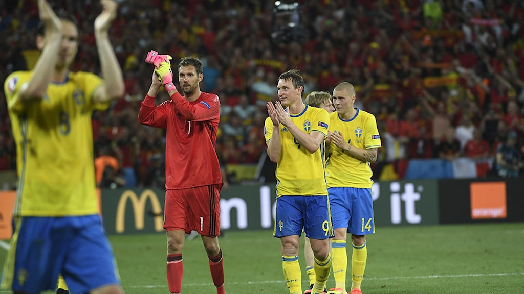 2010623 Andreas Isaksson och Kim Källström tackar de svenska fansen efter sista matchen i landslaget. Foto: Jan Erik Henriksson/TT Bild