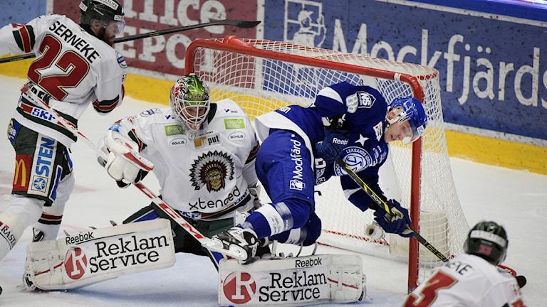 LEKSAND 2014-10-16 Bortdömt Leksands mål i slutet av första perioden när Leksands IF möter Frölunda i SHL i Tegera Arena. Foto Ulf Palm / TT