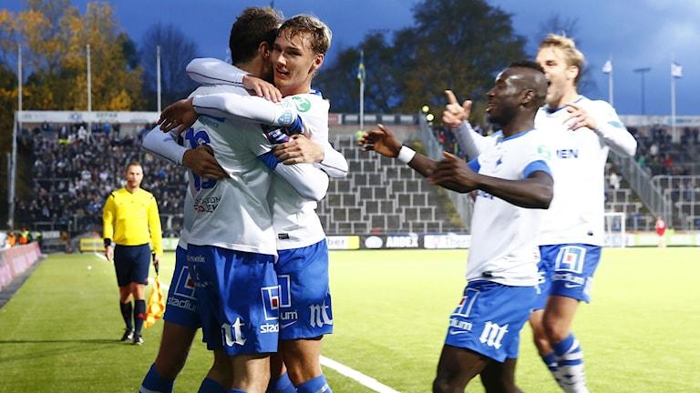 IFK:s Emir Kujovic jublar efter 2-0 målet. Foto: Stefan Jerrevång/TT