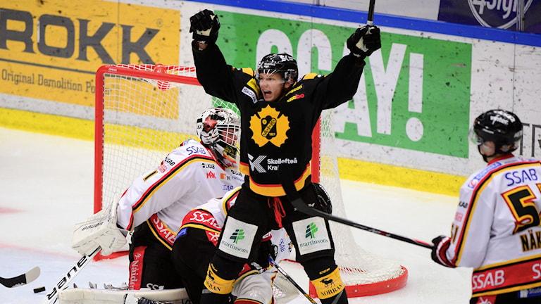 SKELLEFTEÅ 20141030 Patrik Zackrisson jublar efter 2-1 målet i SHL-matchen mellan Skellefteå AIK och Luleå Hockey i Skellefteå Kraft Arena, Skellefteå Foto: Robert Granström / TT