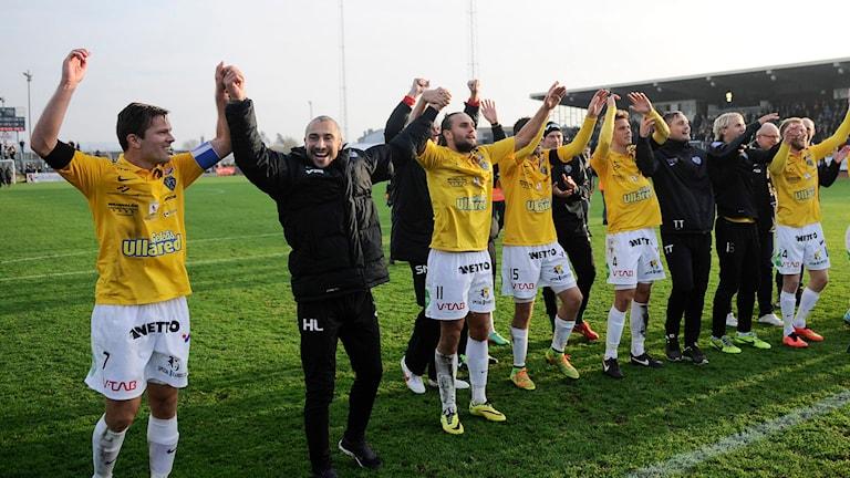 2014-11-01 Falkenbergs tränare Henrik Larsson (2:a fr v) jublar med spelarna efter slutsignalen i lördagens allsvenska match mellan Falkenbergs FF och Mjällby AIF på Falkenbergs IP. Matchen slutade 1-1 och Falkenberg blir kvar i allsvenskan.