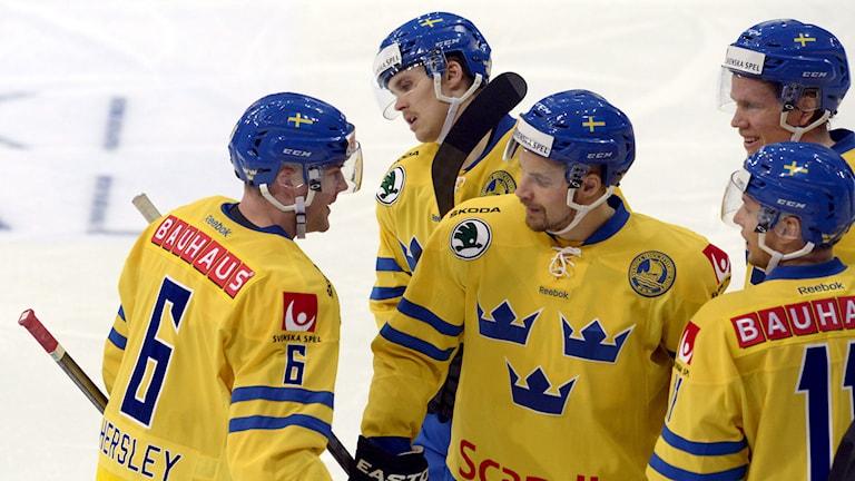 Alexander Urbom, i mitten, grattar Partik Hersley efter 3-0-målet. Foto:  Markku Ulander/AP/TT