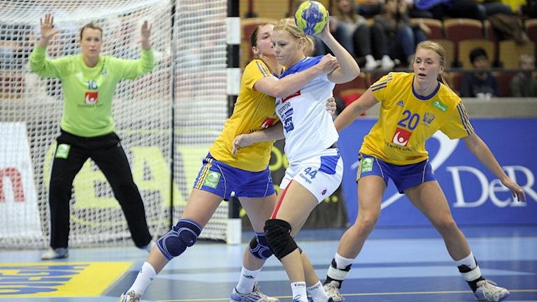 Cecilia Skagerstam Grubbström (i mål) finns inte med i EM-truppen. Det gör däremot  Linn Blohm och Isabelle Gulldén. Foto: Björn Lindgren/TT