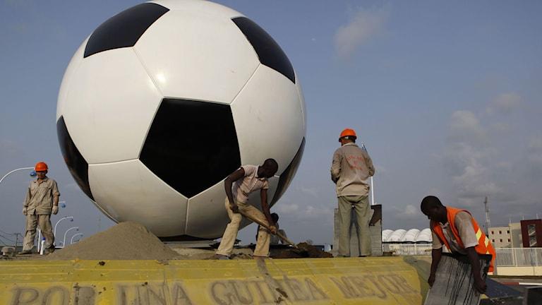 Arbetare bygger ett monument på Malabo-arenan inför afrikanska cupen i Ekvatorialguinea 2012. Foto: Rebecca Blackwell/AP/TT