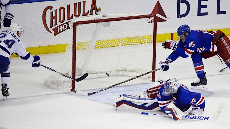 20141117 New York Rangers målvakt Henrik Lundqvist (30), tittar på när Bay Lightnings Ryan Callahan (24) gör mål. Tampa vann matchen med 5-1. Foto: Frank Franklin II/TT