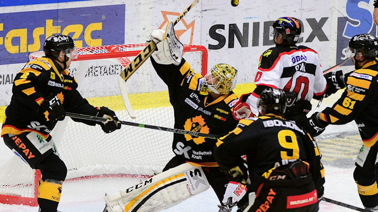 SKELLEFTEÅ 20141118 Erik Hanses räddar framför Derek Ryan i SHL-matchen mellan Skellefteå AIK och Örebro Hockey i Skellefteå Kraft Arena, Skellefteå Foto: Robert Granström / TT.
