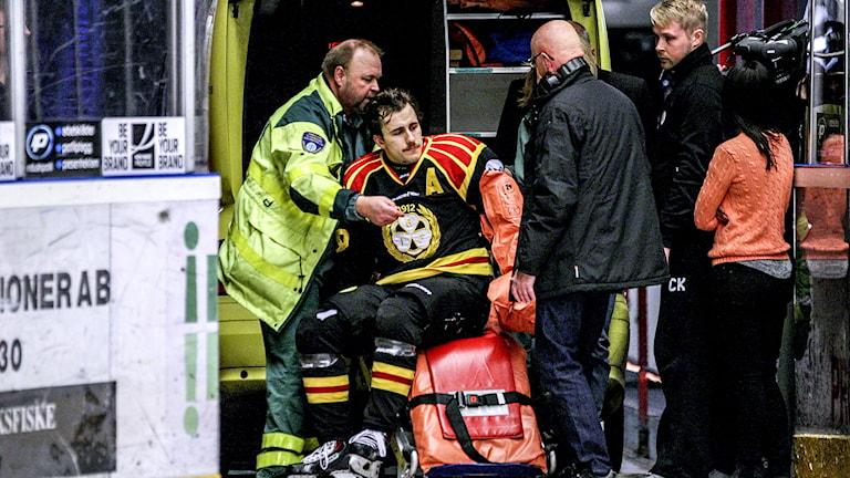 Sebastian Enterfeldt hämtas av ambulans. Foto: Mats Åstrand / TT.