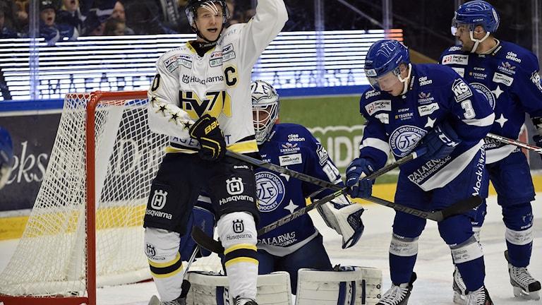 LEKSAND 2014-11-22 HV:s lagkapten Ted Brithén jublar sedan Mattias Karlssons skott letat sig förbi en skymd Oscar Alsenfeldt under lördagens ishockeymatch i SHL mellan Leksands IF och HV71 i Tegera Arena i Leksand. Foto: Nisse Schmidt / TT.