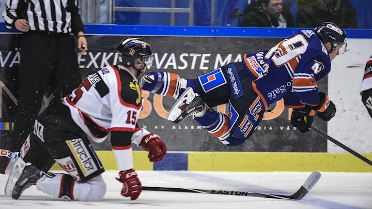 Örebros Henrik Löwdahl och Växjös Rhett Rhakshshani. Foto: Mikael Fritzon / TT