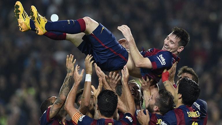Messi hyllas av lagkamraterna efter sitt målrekord. Foto: AFP/TT