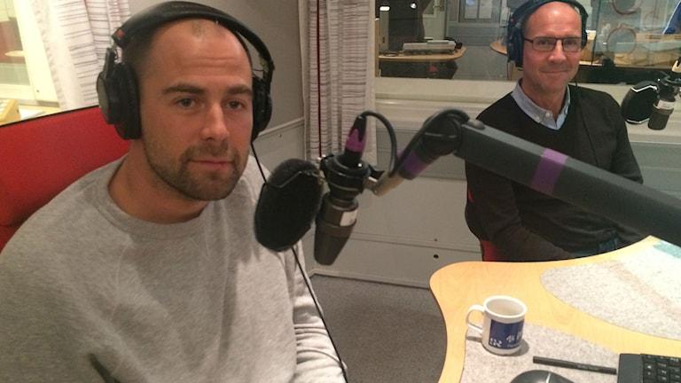 Rikard Grip och Torgny Mogren i Sportextra-studion. Foto: Martin Sundelius/SR.
