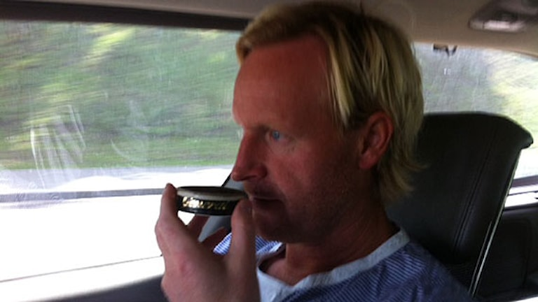 Magnus Wahlman luktar på snus