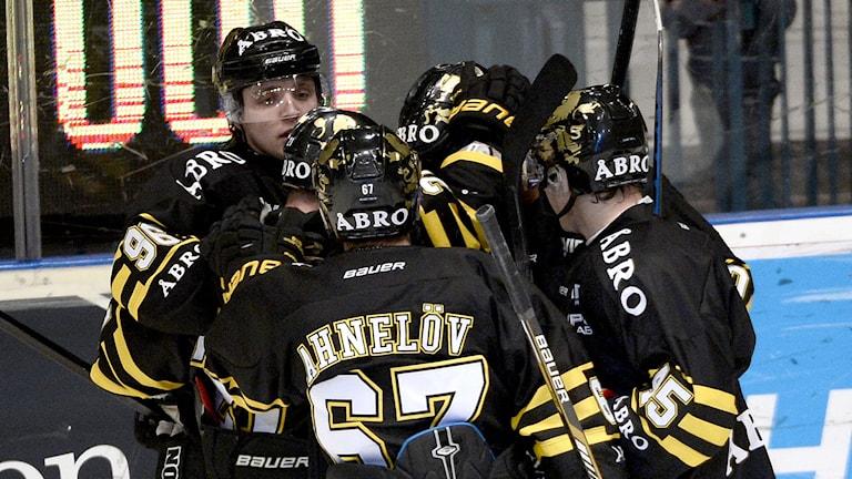 STOCKHOLM 2014-12-01 AIK jublar efter att Christian Sandberg gjort 2-1 i den andra perioden i måndagens allsvenska ishockeymatch mellan AIK och Södertälje SK på Hovet i Stockholm. Foto: Pontus Lundahl / TT