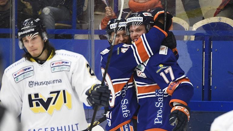 2014, Växjös Alexander Johansson (nr 17) kramas om efter 1-1-målet. Foto: TT Nyhetsbyrån