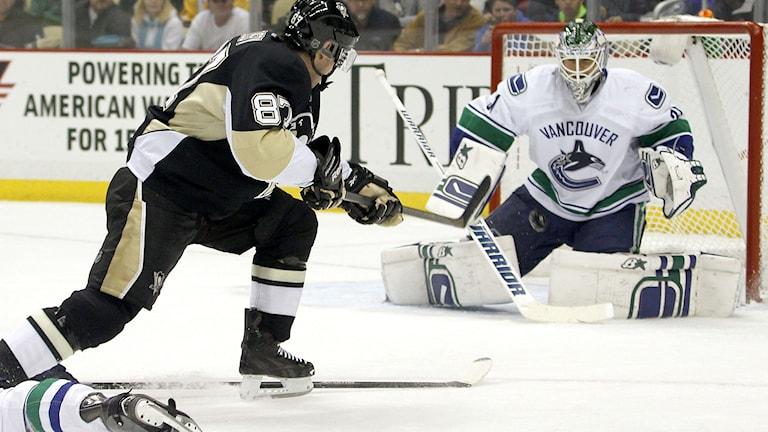 Eddie Läck räddar ett skott från Sidney Crosby. Justin K. Aller/TT.