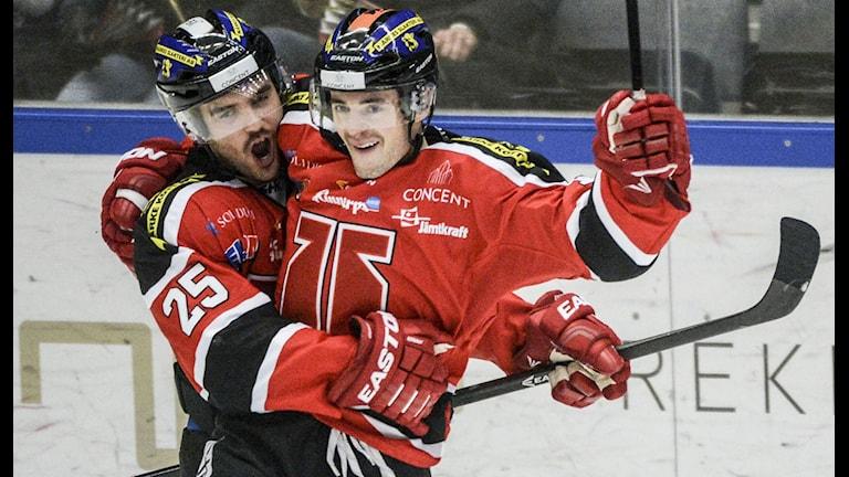 Örebros Ryan Derek kramas om av Martin Johansson. Foto: Fredrik Sandberg/TT