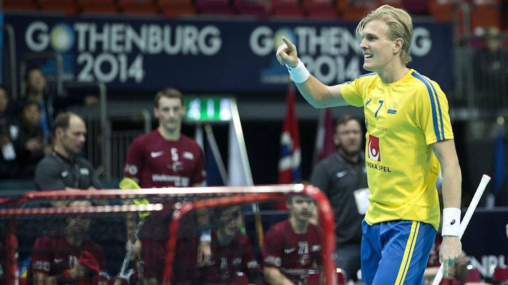 Kim Nilsson jublar över ett mål i lördagens gruppspelsmatch i Innebandy-VM mellan Sverige och Lettland i Scandinavium