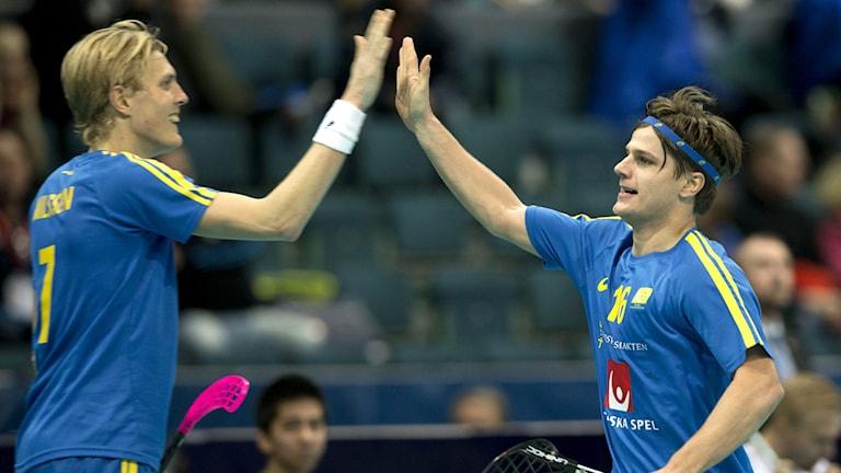 Karl-Johan Iraues gjorde matchens sista mål (5-2) och grattas av Kim Nilsson. Foto: Björn Larsson Rosvall/TT