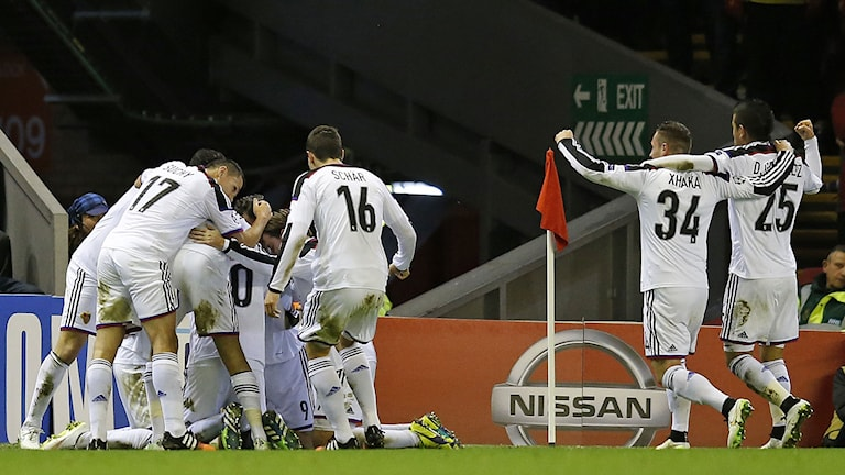 Basel jublar efter Fabian Freis 1-0 mot Liverpool. Ni väntar Porto för skrällgänget från Schweiz. Foto: Jon Super/TT