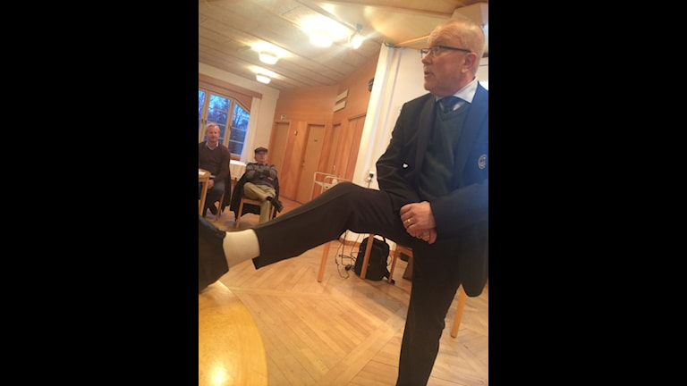 Leif Boork visar upp benet. Foto: Martin Sundelius/SR.
