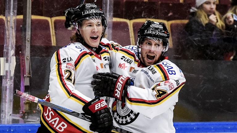 Emil Sylvegård (t v) kramar om Cam Abbott. Foto: Ulf Palm/TT