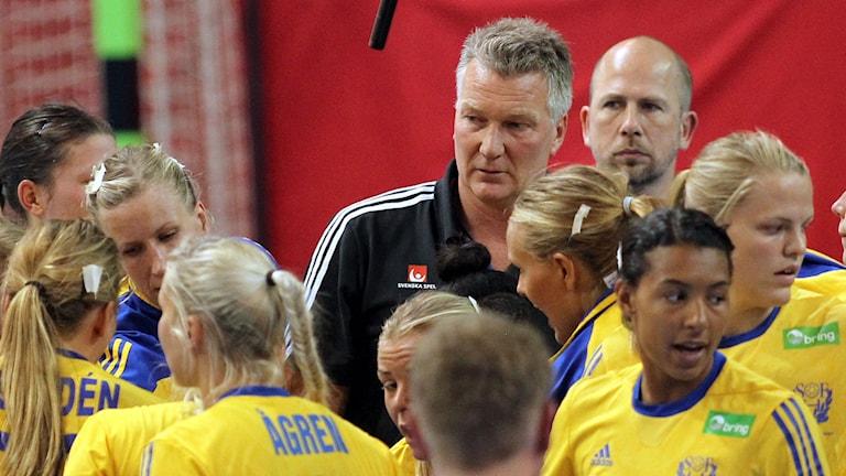 Förbundskapten Thomas Sivertsson i mitten. Foto: Aleksandar Djorovic/TT