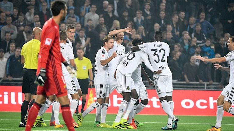 AIK-jubel efter att Alexander Isak (36, mitten) gjort 1-0 målet under onsdagens fotbollsmatch i allsvenskan mellan Djurgårdens IF och AIK på Tele2 Arena.