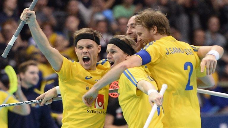 Sverige jublar efter Henrik Stenbergs 3-2-mål. Foto: Fanni Olin Dahl / TT