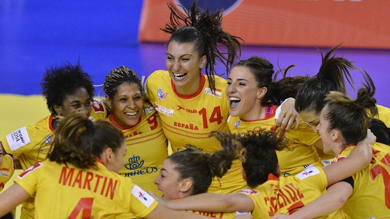 Spanien jublar efter seger mot Montenegro. Foto: TT
