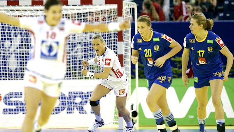 Heidi Löke gör mål i semifinalen mot Sverige. Foto: TT