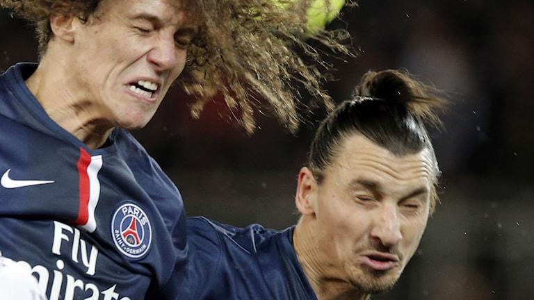 Lagkamraterna David Luiz och Zlatan Ibrahimovic i en nickduell mot Montpellier. Foto: Francois Mori / AP