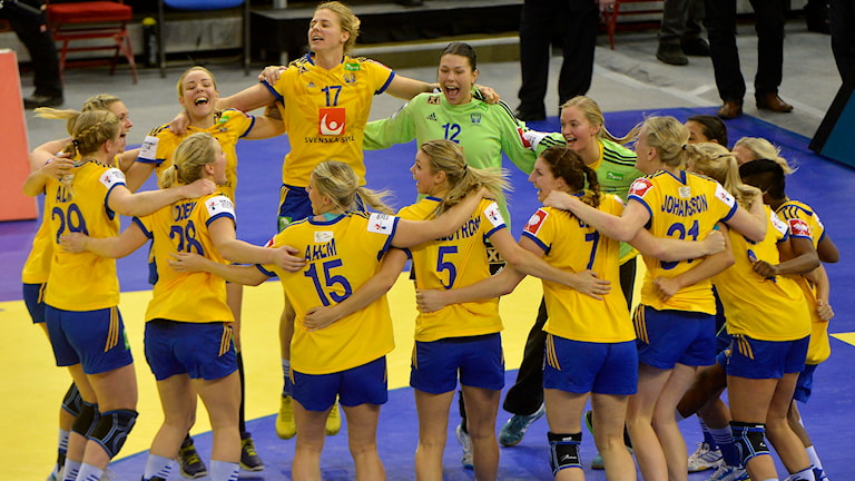 20141221 Sverige jublar efter att ha tagit EM-brons. Foto: Tibor Illyes/AP Photo