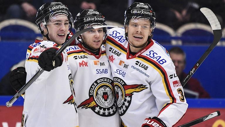 Andreas Hjelm i mitten firar sitt 2-0-mål med lagkamraterna. Foto:  Mikael Fritzon/TT