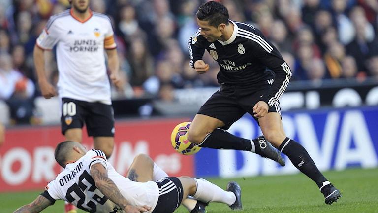 Valencias Nicolas Otamendi fick stopp på Reals Cristiano Ronaldo. Foto: Alberto Saiz/AP/TT