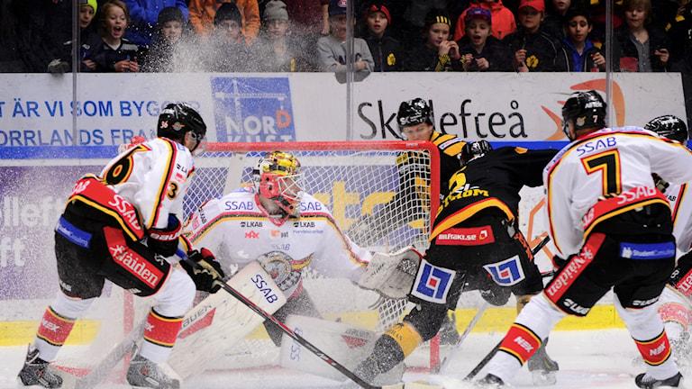 20150108 Tätt försvarsspel i SHL-matchen mellan Skellefteå AIK och Luleå HF i Skellefteå Kraft Arena på torsdagen. Foto: Robert Granström/TT