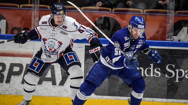 2015-01-08 Linköpings Oscar Sundh och Leksands Kevin Kapstad under SHL-matchen i ishockey mellan Leksands IF och Linköping HC på Tegera Arena i Leksand på torsdagen. Foto: Ulf Palm/TT