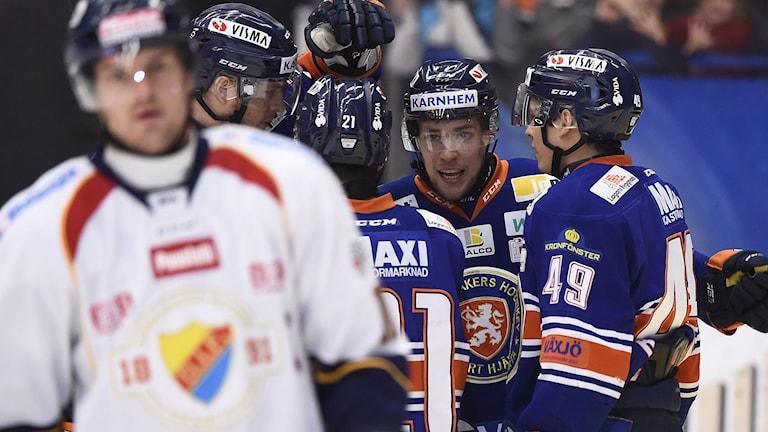 VÄXJÖ 2015-01-10 Växjös Cory Murphy hyllas sedan han gjort 1-0 i SHL-matchen i ishockey mellan Växjö Lakers och Djurgårdens IF i Vida Arena, Växjö, på lördagen. Foto: Mikael Fritzon / TT.