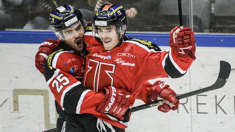 Örebros Derek Ryan och Martin Johansson jublar. Foto: Fredrik Sandberg / TT