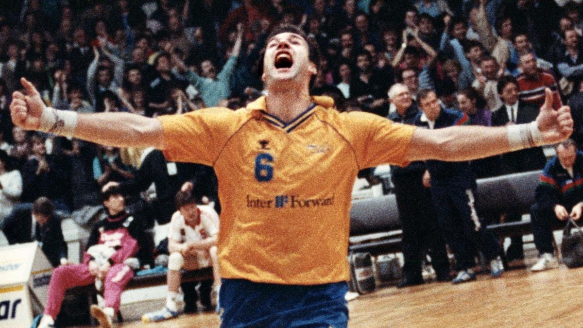 ARKIV 19900310 Per Carlén linjespelare i svenska handbollslandslaget jublar efter att Sverige besegrat Sovjetunionen med 27 23 i VM-finalen i handboll 10:e mars 1990 i Tjeckoslovakien. Foto: Jan Collsiöö/TT