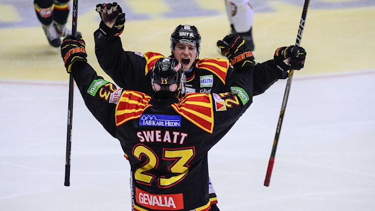 Brynäs Christian Djoos faller i armarna på Bill Sweatt, arkivbild. Foto: Pontus Lundahl/TT