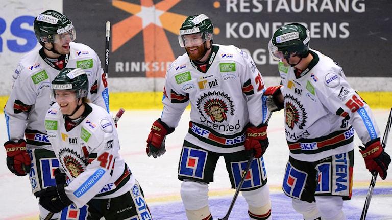 Robin Figren uppvaktas efter sitt 2-2 mål. Foto: Robert Granström/TT